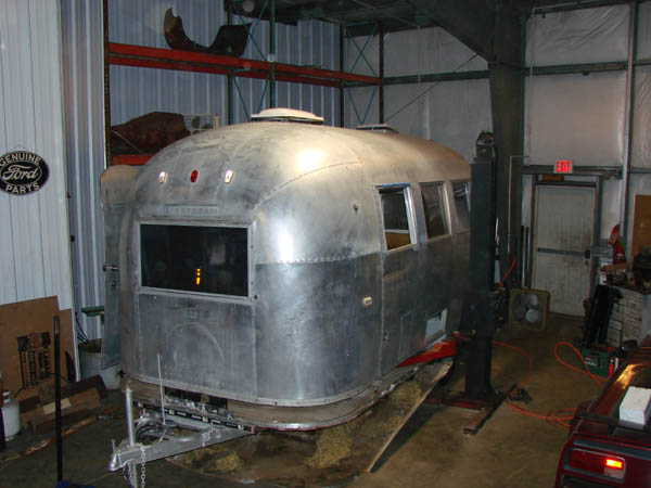 Floor And the big lift ->Airstream - The Seeker